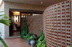 Conheça nossa seleção com 60 fotos de modelos de muros residenciais para você se inspirar. Confira!