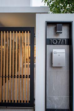 Kradoan House,© Krisada Boonchaleow mauer Gallery of Kradoan House / Thiti Ophatsodsai - 15 Front Gate Design, House Gate Design, Door Gate Design, Gate House, Facade House, Gate Designs Modern, Modern Fence Design, Modern House Design, Modern Pergola