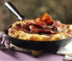 Ett snabblagat och matigt recept på äggkaka som påminner om omelett med stekt fläsk. Du gör det av bland annat rimmat sidfläsk, ägg, mjöl, mjölk och smör. Mättande och gott!