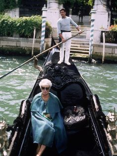 Peggy Guggenheim - leaves in a gondola from her musem home located in the 'Palazzo Venier dei Leoni' on the Grand Canal 1968 Venice Photo Tony Vaccaro Peggy Guggenheim, Marcello Mastroianni, Max Ernst, Marcel Duchamp, Alexander Calder, Le Weekend, Grand Canal, Art Moderne, Art Abstrait