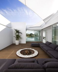 Villa Escarpa is an architectonic piece of minimalism. White facade and supplements add a sense of luxury. Villa has a breathtaking view by the sea. Villa Escarpa by Mario Martins Atelier, located in Portugal. Fire Pit Furniture, Outdoor Furniture Sets, Outdoor Rooms, Outdoor Living, Outdoor Fire, Outdoor Lounge, Exterior Design, Interior And Exterior, Casa Patio