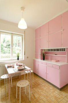 Küchenschränke, Tisch Und Geschirr In Rosa #Küche #kitchen #rosa