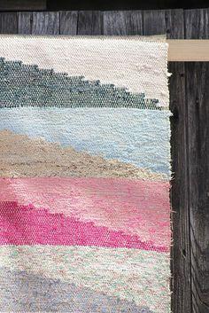 Vintage rag rug in pretty pastels from De Vintageloods