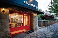Chocólatras Anônimos - por Studio Cinque, Porto Alegre   Brasil #varejo #retail #brasil #brazil #store #loja #storedesign #retaildesign #storefront #vm #visualmerchandising #windowsdispaly #shopwindow #vitrine