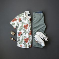Men's Summer Fashion, floral button down, henley, chinos & sneakers. Source by mycreativelook summer Summer Outfits Men, Komplette Outfits, Beach Outfits, Summer Men, Casual Outfits, Fashion Outfits, Costume Vert, Stylish Mens Fashion, Men's Fashion
