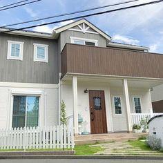4LDKで、家族の、玄関/入り口/芝生/アメリカンフェンス/カバードポーチ/外壁/コットMGホワイトについてのインテリア実例。 「ドールハウスのような...」 (2018-07-14 00:10:28に共有されました) Garage Doors, Shed, Outdoor Structures, Outdoor Decor, Home Decor, Decoration Home, Room Decor, Carriage Doors, Sheds