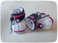 DIY Motive Ideas for Crochet Baby Shoes: Crochet shoes and booties are best for baby's delicate skin and protects a baby from external threats. Booties Crochet, Crochet Baby Boots, Crochet Baby Sandals, Baby Girl Crochet, Knit Baby Shoes, Baby Girl Shoes, Baby Booties, Baby Knitting Patterns, Crochet Patterns