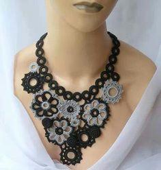 collar crochet con flores negro con gris