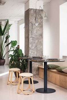 Naturalness goes hand in hand this year with a discreet aesthetic design, in which order and harmony predominate, to define the indoor furniture proposals Columns Decor, Hospital Architecture, Pillar Design, Concrete Interiors, Small Condo, Column Design, Rattan, Aesthetic Design, Loft Design