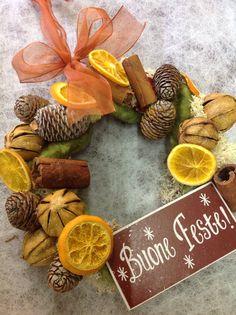 Ghirlanda con frutta essiccata, cannella e pigne