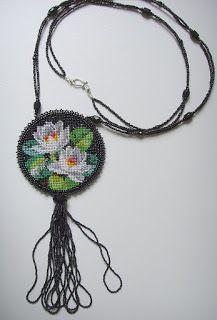 """Кулон """"Лилии""""-вышивака по канве-Диаметр кулона 7,5 см, общая длина изделия 57 см. Бисер чешский №13, богемский №11 и японский №15"""