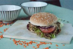Veggie-Linsenburger mit Erdnuss-Sauce