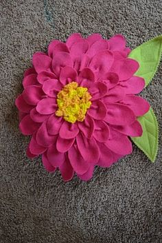 """Fleece flower pillow tutorial from """"Come Together Kids"""" Fleece Crafts, Fleece Projects, Sewing Projects, Felt Flowers, Diy Flowers, Fabric Flowers, Cute Pillows, Diy Pillows, Decorative Pillows"""