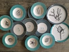 Vajillas pintadas a mano Watercolor Art, Decorative Plates, Tableware, Dishes, Coral Navy, Hand Painted Plates, Soap Dishes, Ceramic Tile Crafts, Painted Porcelain