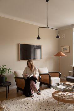 Sisustusstailisti Pinja Forsmanin koti on ihana yhdistelmä design-klassikoita ja kirpparilöytöjä. Koti, Ceiling Lights, Living Room, Interior Design, Album, Home Decor, Nest Design, Decoration Home, Home Interior Design