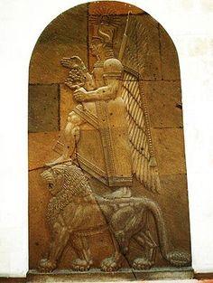"""Jaldi (Ḫaldi) fue una de las tres deidades principales de Urartu. Su santuario más importante estaba en Ardini. Los otros dos dioses eran Theispes de Kumenu, y Shivini de Tushpa.1 Su esposa era la diosa Arubani. Se representa como un hombre con o sin barba ante un león. Era un dios guerrero al que los reyes de Urartu rezaban por la victoria, sus templos estaban adornados con armas y a menudo se llamaban """"casa de las armas""""."""