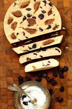 Sernik jaglany z suszonymi wiśniami i figami | Wegański, bez glutenu, bez pieczenia