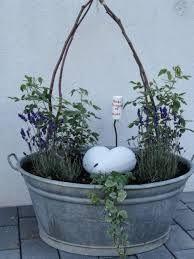 Hier macht schon das pflanzen gute laune in der gro en - Zinkwanne dekorieren ...