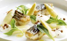 Gebakken zeebaars met asperges en aardappelcrème