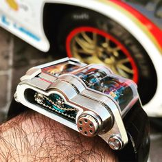 Zoom on the Rebellion Timepieces T1000, the time machine! And what an engine! Boosting a revolutionary patented energy distribution system, the T1000 employs a power reserve of 1,000 hours! That is 40 days and 40 nights...a world record!