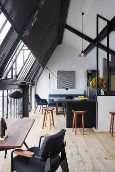 Muitas janelas em um ambiente aberto, arejado, bem iluminado e moderno.