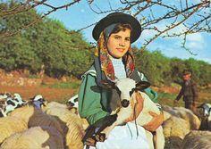 ALGARVE PORTUGAL. Rapariga com traje típico