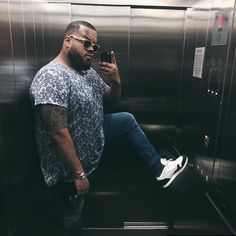Wear a lace cardigan today! See how a lace cardigan can give your added appeal right here. Sweat Shirt, T Shirt Polo, Big Men Fashion, Geek Fashion, Big Guys, Cute Guys, Clothes For Big Men, Chubby Men, Plus Size Men