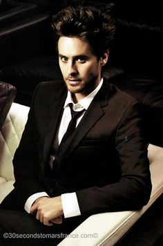He looks better with short hair, but man he'd look good even if he was bold. Love Jared Leto