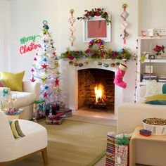 Resultados da Pesquisa de imagens do Google para http://homeklondike.com/wp-content/uploads/2011/10/3-10-best-christmas-living-room-decorating-ideas-Bright-and-bold-Christmas-living-room.jpg