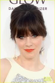 Retro-loving Zooey Deschanel brought her fun and flirty flair to the 2012 Billboard Music Awards wearing her hair in a bouffant-cum-ponytail. Best Wedding Hairstyles, Cool Hairstyles, Hairstyles 2016, Fringe Hairstyles, Just Beauty, Hair Beauty, Zooey Deschanel Hair, Zoeey Deschanel, Celebrity Haircuts