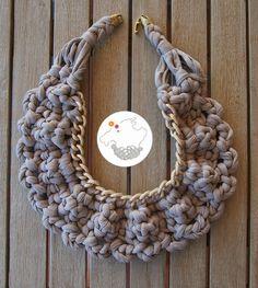 Collar babero gris trapillo ganchillo crochet xxl