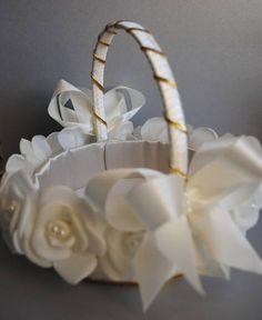 Cesta para FLORISTA forrada em cetim e decorada com botoes rosas em tafeta salpicada de perolas. podera ser feita na sua cor desejada. esta peça esta na cor marfim.    Prazo de producao 15 Dias uteis