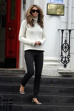 Love these super simple outfits: a turtleneck, skinny pants and leopard ballet flats. Essential is Elle's killer body.