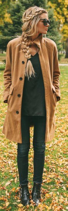 esempio di pettinature facili, una ragazza con i capelli lunghi biondi e delle morbide trecce
