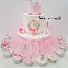 Princes crown first birthday cake with cupcakes and cakepops. Princes crown first birthday cake with cupcakes and cakepops…Hawraa Happy birt… Happy Birthday Cake Girl, 22nd Birthday Cakes, 1st Birthday Princess, Girl First Birthday, Birthday Wishes, Birthday Ideas, Bolo Fack, Rodjendanske Torte, Bolo Minnie