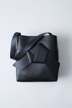 Acne Studios Musubi Shopping black is a large shopper based on the knot in a traditional Japanese obi sash.
