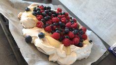 Vegansk pavlova - bossen av alle aquafabaoppskrifter. Dette MÅ du prøve. Det er få ting som er så... Cheesecake, Desserts, Food, Blogging, Tailgate Desserts, Deserts, Cheesecakes, Essen, Postres
