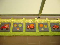 Kapsář (zelený puntík + zelená) apsář je ušit ze 100% bavlny. Aplikace je strojově přišitá Rozměr kapsáře:cca 196cmx49cm 5x kapsa 30x30cm 6x poutko Výplň kapsáře: vatelín Kapsář je dobrá věc, pro izolaci od studené zdi a hlavně je velmi dobrý pomocník pro pořádek na posteli :) díky kapsičkám, které má
