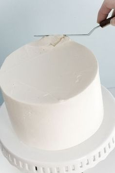"""How to frost a perfectly smooth cake. This tutorial will help you become a master cake """"froster"""" in no time! Who says you need fondant for a smooth cake? Cake Decorating Techniques, Cake Decorating Tutorials, Cookie Decorating, Decorating Cakes, Decorating Ideas, Frosting Recipes, Cake Recipes, Dessert Recipes, Frosting Tips"""