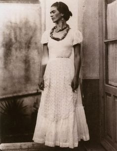 These rare Frida Kahlo photos show the iconic figure as a young woman. The pictures of Frida Kahlo in the precede her famous self-portraits. Diego Rivera, Frida E Diego, Frida Art, Kahlo Paintings, Photos Rares, Mexican Artists, Rare Photos, Vintage Photos, 1920s