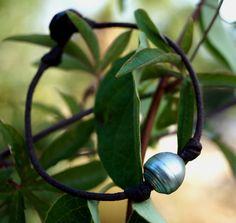Perle de Tahiti bracelet homme cuir fermoir bois par PerlaMundi#boho #bohemian #handdmade #organic #gypsy #jewels #madeinfrance #giftingluxury #blackpearls #surf #surferjewelry #surf #surfer #handmade #beach #jewelry #jewel #perlamundi #perla #mundi #bracelets #necklaces #earrings #tahiti #australianpearls