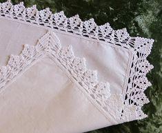 Centerpiece-linen and cotton mixed mat with white crochet lace, cover Lace Doilies, Crochet Doilies, Crochet Lace, Crochet Hooks, Doily Patterns, Stitch Patterns, Crochet Patterns, Mode Crochet, Crochet Fruit