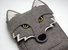 This wolf iPad sleeve fits the iPad Air and iPad 2/3/4. It is made with 100% wool design felt. The flap is attached with a metal button. Details are