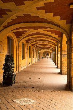 Under the portico at Place Des Vosges