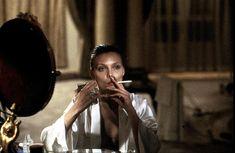 Michelle Pfeiffer Tras varios años de interpretar roles de reparto y frecuentes apariciones en televisión como invitada, Pfeiffer obtuvo amplio reconocimiento por su actuación en la película de 1983 El precio del poder. Encarnó a Elvira Hancock, una mujer adicta a la cocaína, esposa de Tony Montana (Al Pacino); bajo la dirección de Brian De Palma.