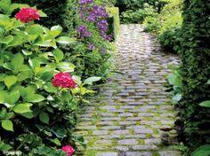 Mon allée idéale: DIY allée de jardin en pavés de récup' et herbes folles (+bordée d'hortensias).