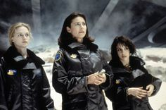 Still of Mimi Rogers, Lacey Chabert and Heather Graham in Lost in Space (1998) http://www.movpins.com/dHQwMTIwNzM4/lost-in-space-(1998)/still-3332618752
