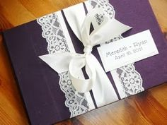Invitaciones de boda en violeta con detalles en encaje. Foto: My Day Event Planning