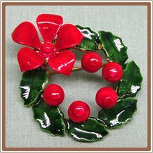 Vintage Christmas Wreath Pin Enamel Original by Robert