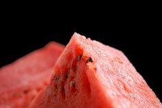 Saftig, süß, gesund und einfach lecker: die Wassermelone. 'Der Gipfel der Genüsse' von Heidrun Lutz bei artflakes.com als Poster oder Kunstdruck $18.03